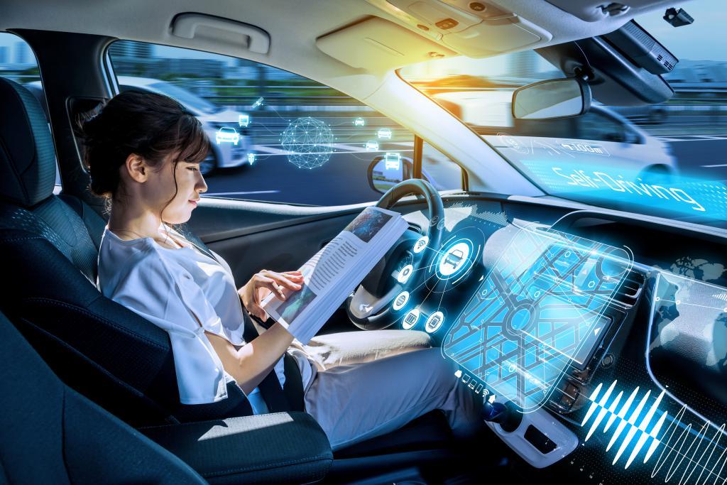 עם רכב אוטונומי, הנהג יכול לקרוא ספר, לשחק בטלפון - או אפילו לישון