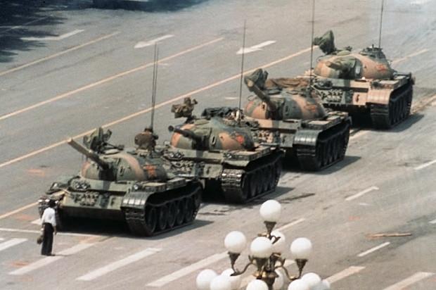 תמונת האדם הבודד מול טור הטנקים בכיכר טיין-אן-מן